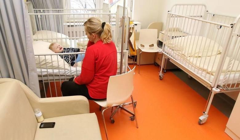 Rodzic śpiący w nocy przy łóżku chorego dziecka na karimacie rozłożonej na podłodze ten obrazek wcale nie taki rzadki jeszcze kilka lat temu w szpitalu