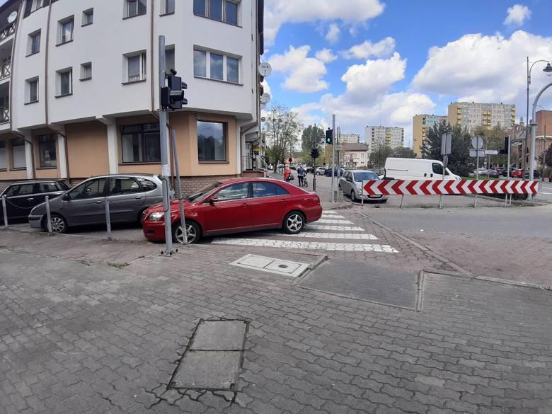 Ostrołęka. Mistrz parkowania. I co z tego, że przejście dla pieszych to nie parking? Zdjęcia