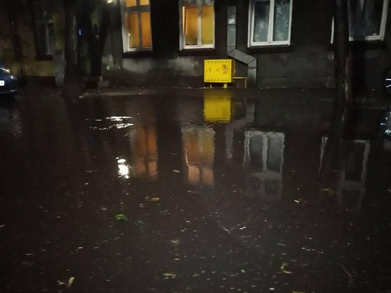 Ulica PCK podczas niedzielnej ulewy, po odetkaniu jednej ze studzienek. Spod wody wynurzył się niewidoczny wcześniej chodnik