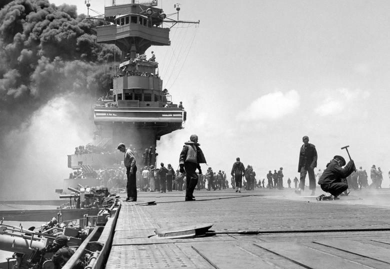 """Po ataku japońskim płonie USS """"Yorktown"""", okręt flagowy admirała Fletchera pod Midway"""