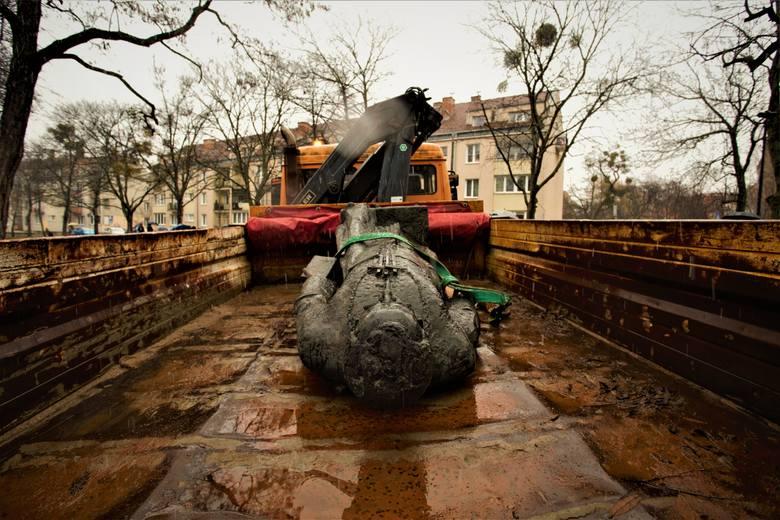 Gdańsk: Pomnik ks. prałata Henryka Jankowskiego po naprawie wróci na dotychczasowe miejsce? Cokół już stoi, figura jest w naprawie [zdjęcia]