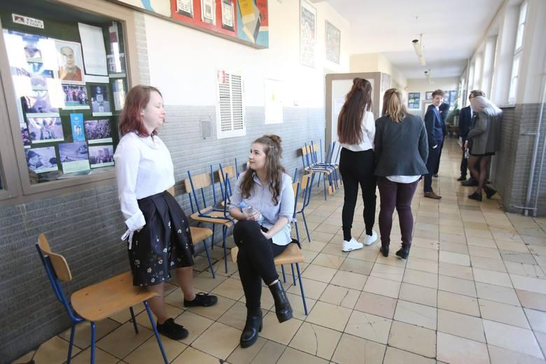 Uczniowie rozpoczęli ustne egzaminy maturalne. Jakie były tematy na maturze ustnej z języka polskiego? Zobacz w naszej galerii!Jakie były tematy na ustnym