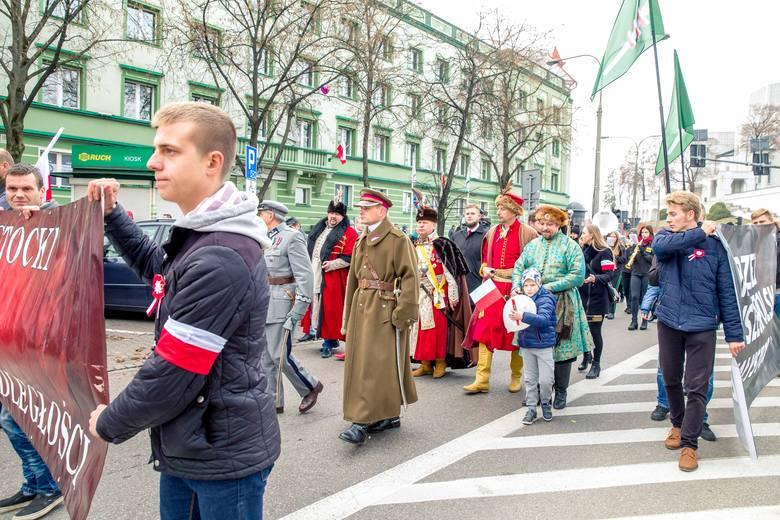 """Tegoroczny marsz, w którym wzięło udział około 200 osób, odbył się pod hasłem """"Niepodległa od pokoleń"""" i nawiązywał do setnej rocznicy"""