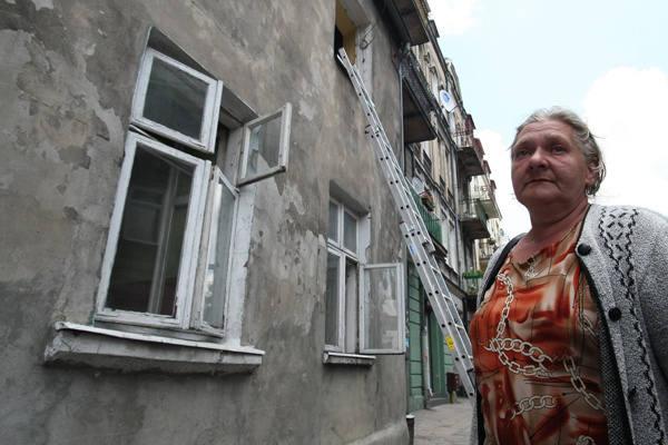 Pani Mirosława, lokatorka kamienicy przy ul. Zarzewskiej 6 jest zrozpaczona, spaliła się klatka schodowa, schody grożą zawaleniem, więc do swojego mieszkania musi wchodzić... po drabinie.