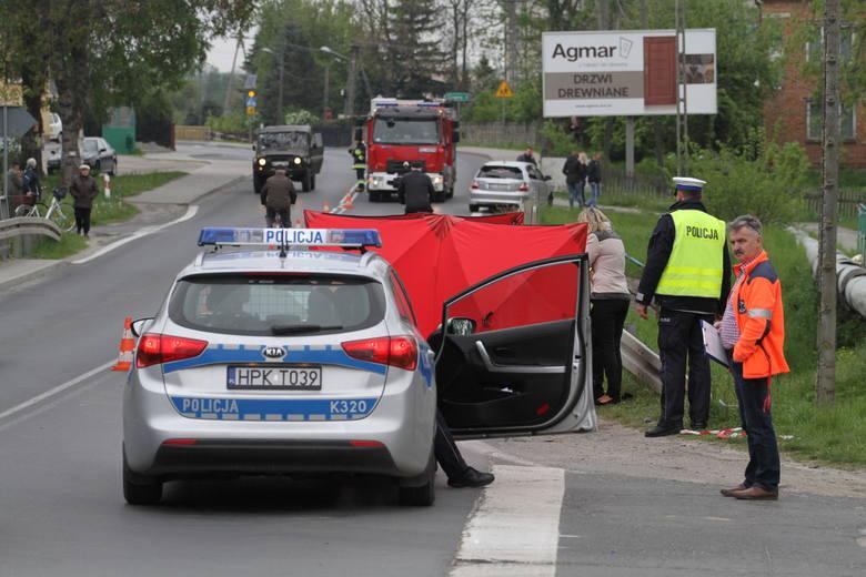 Tragiczny wypadek w Stalach koło Tarnobrzega. Rowerzystka jechała do kościoła, zginęła potrącona przez samochód (zdjęcia)