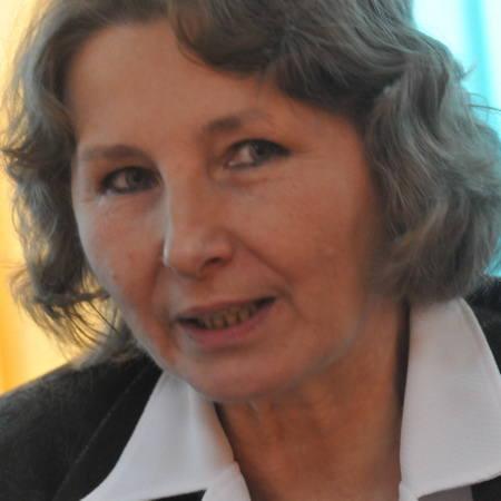 Lucyna Nowak. Od 1991 roku dyrektor Departamentu Badań Demograficznych Głównego Urzędu Statystycznego. Mieszka w Warszawie, lubi muzykę poważną, taniec