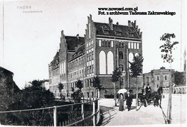 Niedawno przyglądaliśmy się, jak przez ponad sto lat zmieniał się przebudowywany właśnie plac Rapackiego i ul. Chopina. Prowadzone w tej chwili w centrum