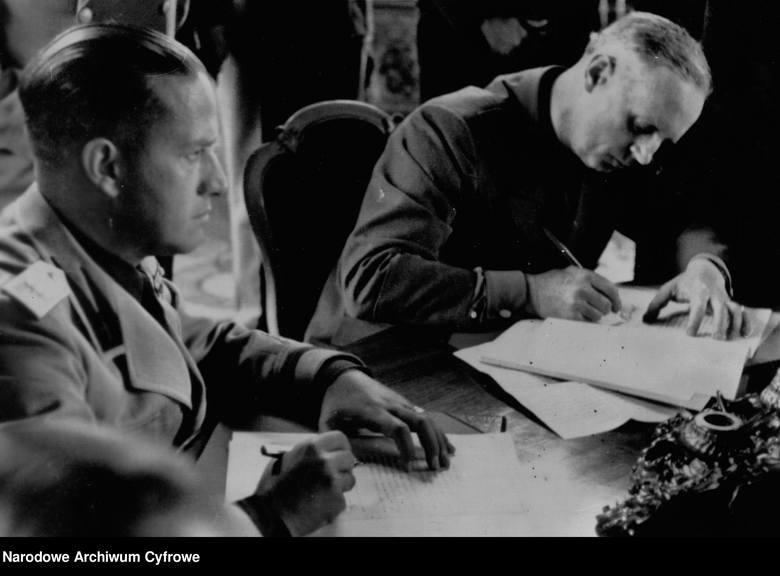 Minister spraw zagranicznych III Rzeszy Joachim von Ribbentrop i włoski szef MSZ Galeazzo Ciano podpisują dokumenty na mocy Drugiego arbitrażu wiedeńskiego,