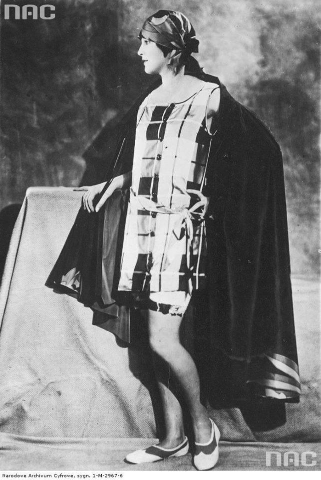 Modelka w kostiumie kąpielowym z tafty w kratę z długą jedwabną peleryną