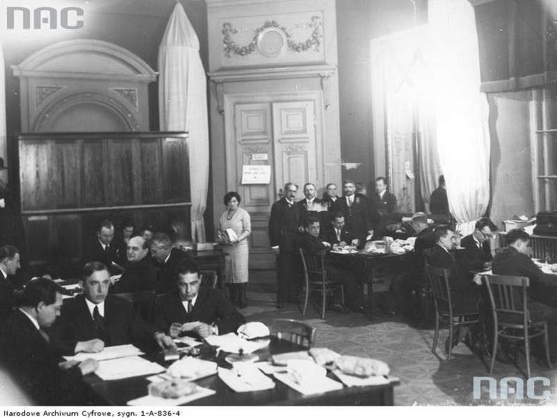 Okręgowa Komisja Wyborcza w warszawskim magistracie przy pracy nad obliczaniem głosów