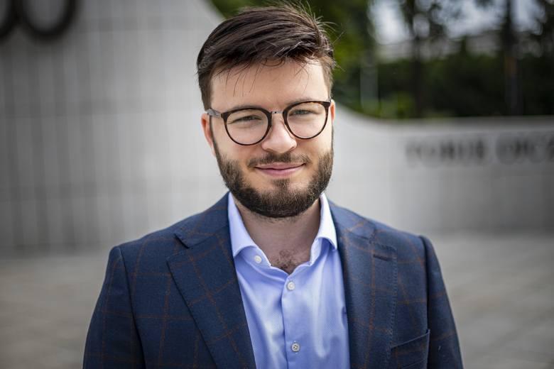 """Bartosz """"Bart"""" Staszewski, działacz społeczny, aktywista LGBT i reżyser, współzałożyciel Stowarzyszenia Marsz Równości w Lublinie. Amerykański magazyn """"Time"""" w lutym umieścił go na prestiżowej liście 100 wschodzących liderów z całego świata."""