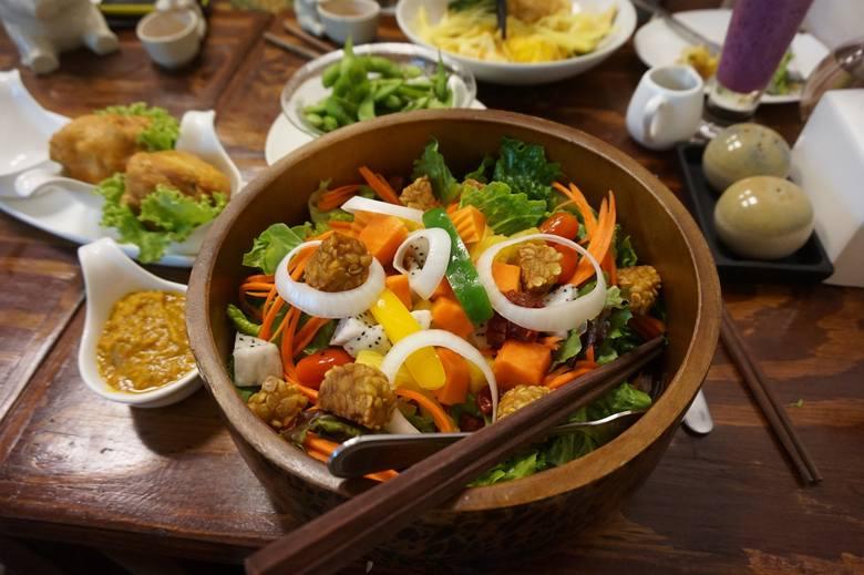 Bloki tempehu można marynować, smażyć i wędzić tak jak mięso, a później dodawać do potraw diety wegańskiej jedzonych na zimno, m.in. sałatek