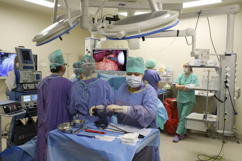 W warsztatach pokazujących techniki operacji laparoskopowych uczestniczy około 30 chirurgów z całej Polski, Białorusi i Ukrainy