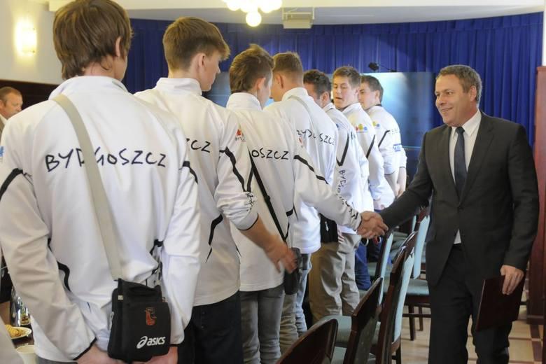 Siatkarze odbierają gratulacje od prezydenta Bydgoszczy.