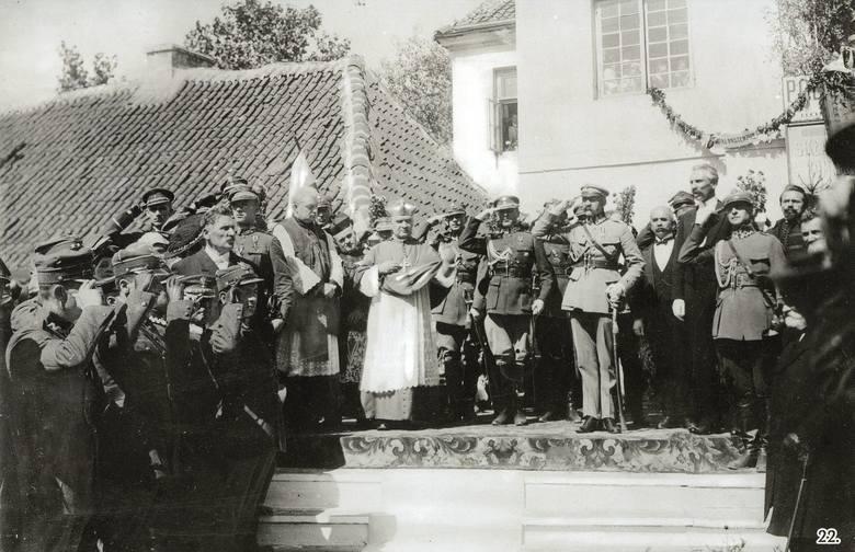 Główne uroczystości odbyły się na Rynku Kościuszki, w miejscu gdzie dziś stoi pomnik Józefa Piłsudskiego. Obok fary ustawiono ołtarz polowy. Mszę celebrował ks. biskup Matulewicz. Po nabożeństwie poświęcono uroczyście chorągiew 42. Pułku Piechoty. Oprócz marszałka białostoczanie witali 21...
