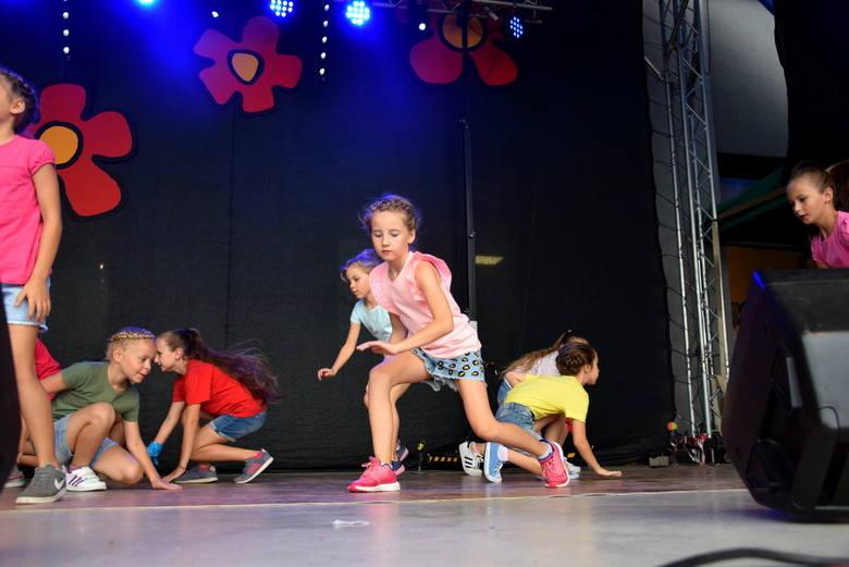 Skierniewickie Święto Kwiatów, Owoców i Warzyw 2019: Kapela ludowa Jerzego Jasiaka i Akademia 4-20 na scenie CKiS [ZDJĘCIA, FILM]