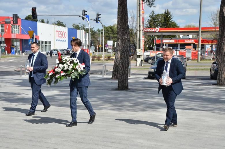 (Od lewej) Zastępca burmistrza Mirosław Pułkowski, burmistrz Piotr Kozłowski oraz przewodniczący rady miejskiej w Kozienicach Rafał Sucherman uczcili