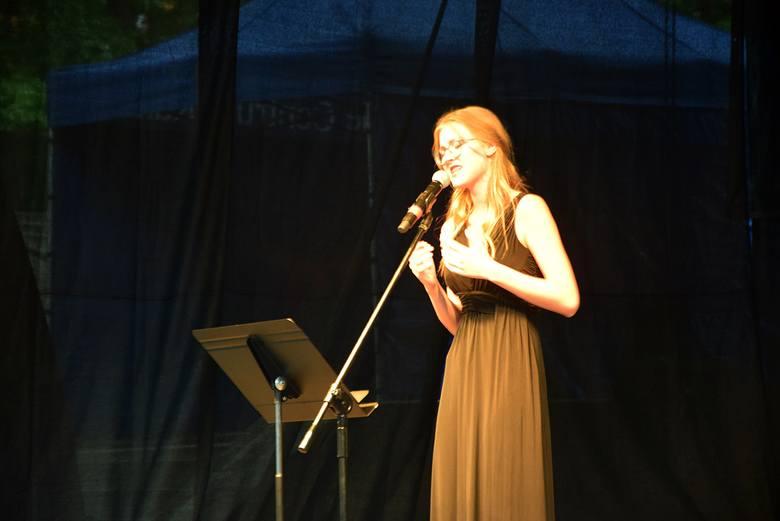 Stargard. Julita Kożuszek i Adrianna Bąk zaśpiewały w teatrze letnim