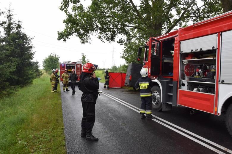 Tragiczny wypadek w Grucznie pod Świeciem. Samochód uderzył w drzewo, jedna osoba zginęła