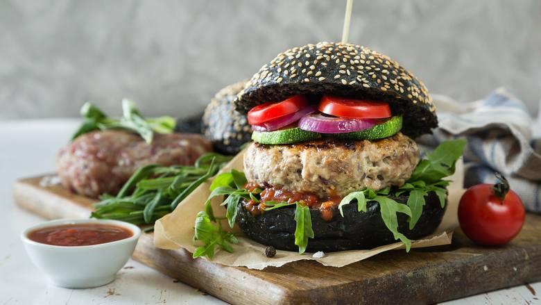 Domowe hamburgery to przepyszny pomysł na zdrowy fastfood. Aby go odchudzić, zrezygnuj z majonezu – zamiast niego wybierz musztardę i keczup. Do kotleta