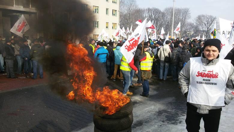 Protest w JSW: niemal 10 tysięcy górników pod siedzibą Jastrzębskiej Spółki Węglowej [WIDEO]
