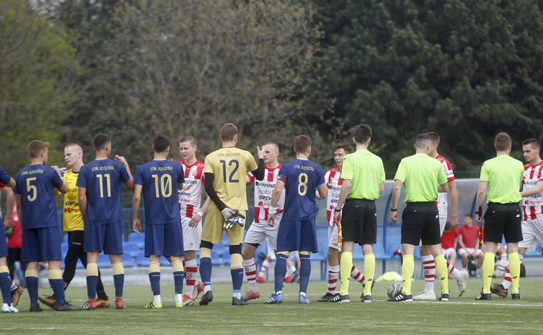 Resovia (biało-czerwone strone) pokonała na Stadionie Miejskim w derbach Stal Rzeszów 2:1.