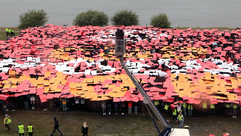 Ponad 3 tysiące uczniów z Grudziądza pobiło nad Wisłą Rekord Polski na największą mozaikę ułożoną  z ludzi. Akcja wiązała się ze Światowym Dniem Walki
