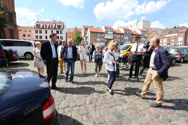 Ponad miesiąc temu, 5 czerwca na komisji wyjazdowej radni na własne oczy przekonali się  jaki kłopoty z parkowaniem mają mieszkńcy Pozdamcza i dlaczego