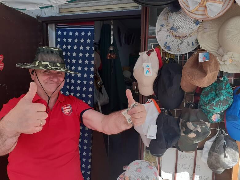 Tak promuje się na Facebooku pan Piotr, sprzedawca kapeluszy na targu w Toruniu.