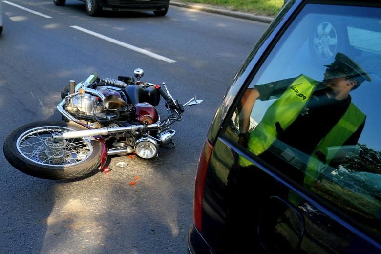W środę (30 maja) przed godz. 9 rano doszło do wypadku w Zamościu (powiat Nakielski). Motocykl zderzył się z samochodem osobowym. Dwie osoby zostały