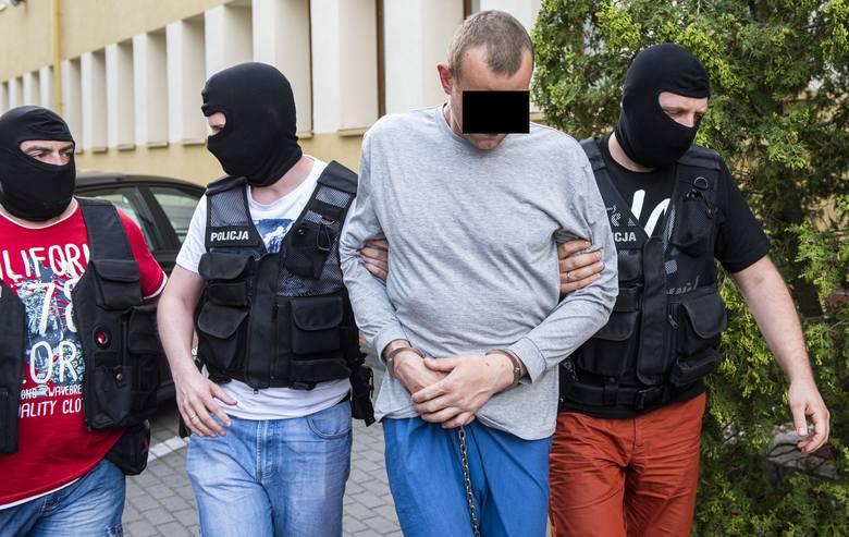 Podejrzany został doprowadzony do Prokuratury Okręgowej w Toruniu, która w poniedziałek przejęła śledztwo w sprawie zdarzeń w Chełmży