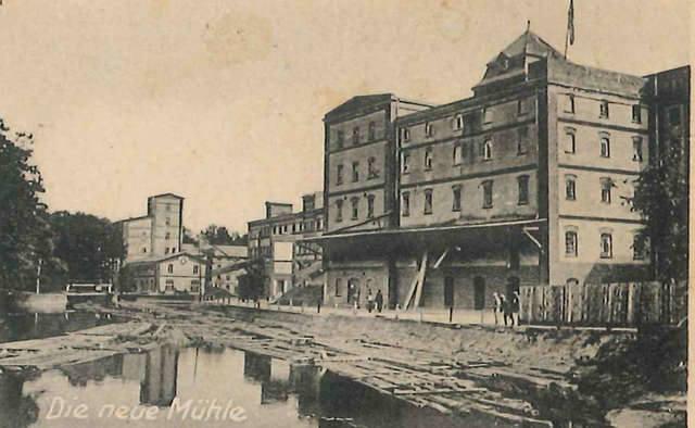 Młyny w Lubiczu Dolnym podczas okupacji. Obok budynków Drwęca, a na niej tratwy