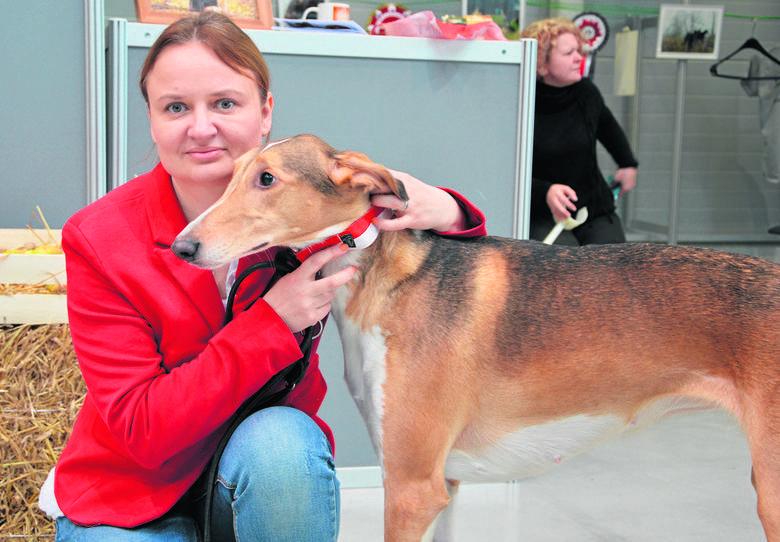 Kinga Topolska mieszka pod Krakowem z podhalanką Zuzią oraz stadkiem innych zwierząt.