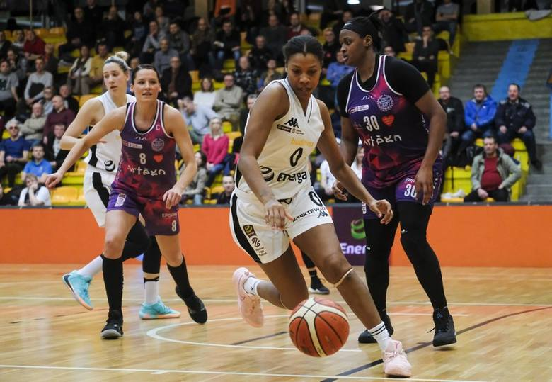 Koszykarki Energi Toruń przegrały u siebie 76:94 z Artego Bydgoszcz w sobotnich derbach Energa Basket Ligi Kobiet. Drużyna gości już do przerwy prowadziła