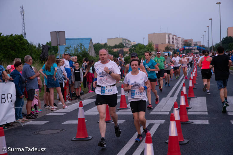 Biegacze na ulicach na terenie stargardzkiego parku przemysłowego