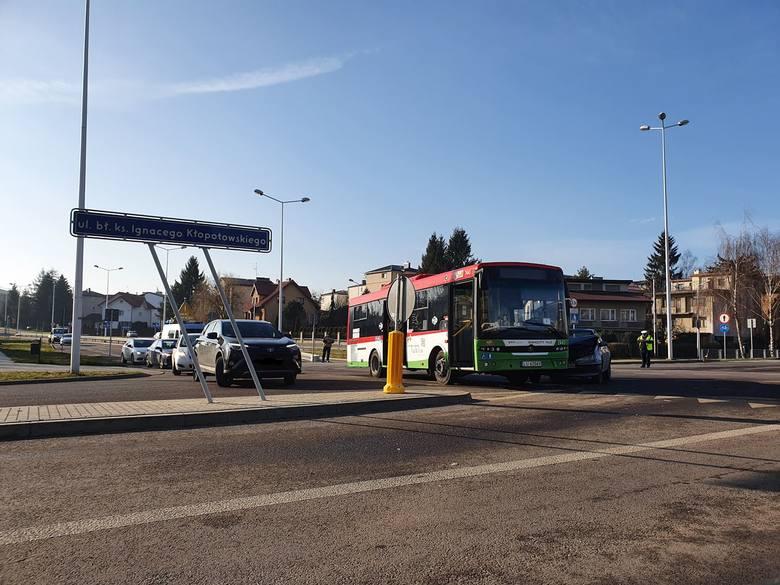 Zderzenie autobusu MPK z autem osobowym na ul. Węglarza w Lublinie