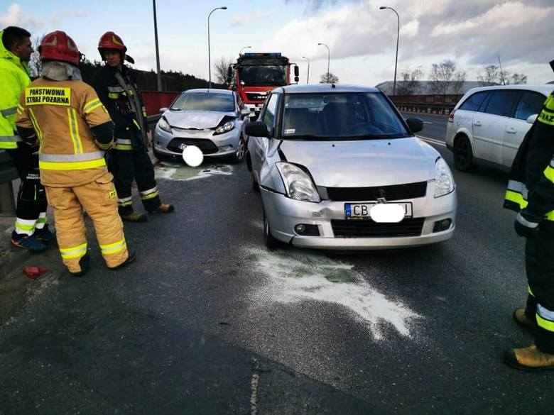W piątek, 21 lutego, ok. godz. 15. na ul. Szubińskiej w Bydgoszczy zderzyły się trzy auta osobowe. Wyglądało groźnie, ale na szczęście nikt nie został