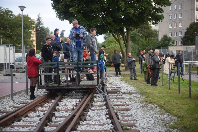 Potężny, 180-tonowy, dźwig ustawił zabytkowy parowóz z 1909 roku na odnowionym torze kolejowym przy ulicy Morwowej w Zielonej Górze.