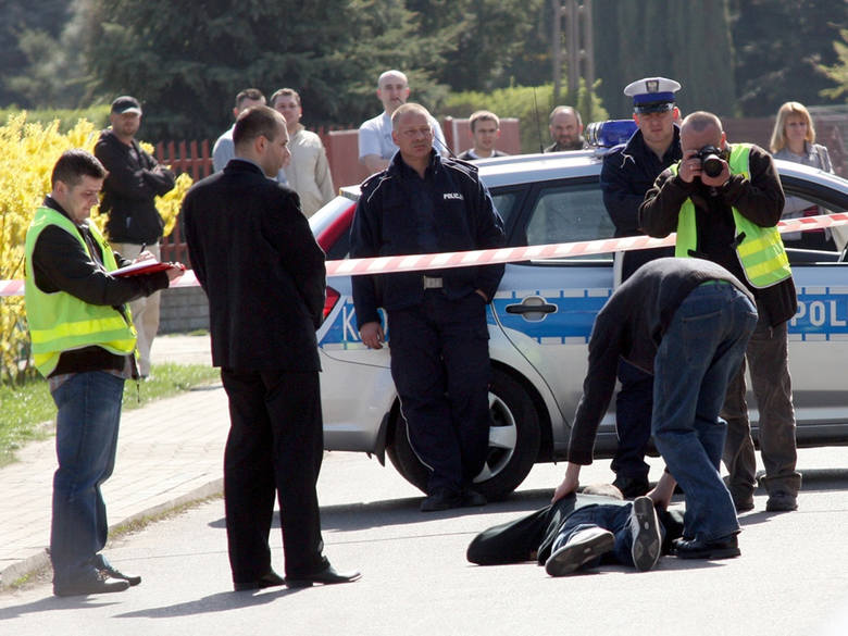 16-letni Kamil W. (z prawej, w szarych dresowych spodniach) prezentuje, w jaki sposób kopał leżącego mężczyznę.
