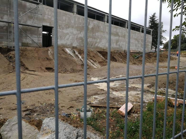 Teren podbudowę nowego supermarketu został podniesiony, a sąsiedzi obawiają się, że przy ulewnych deszczach spłynie na nich błoto.