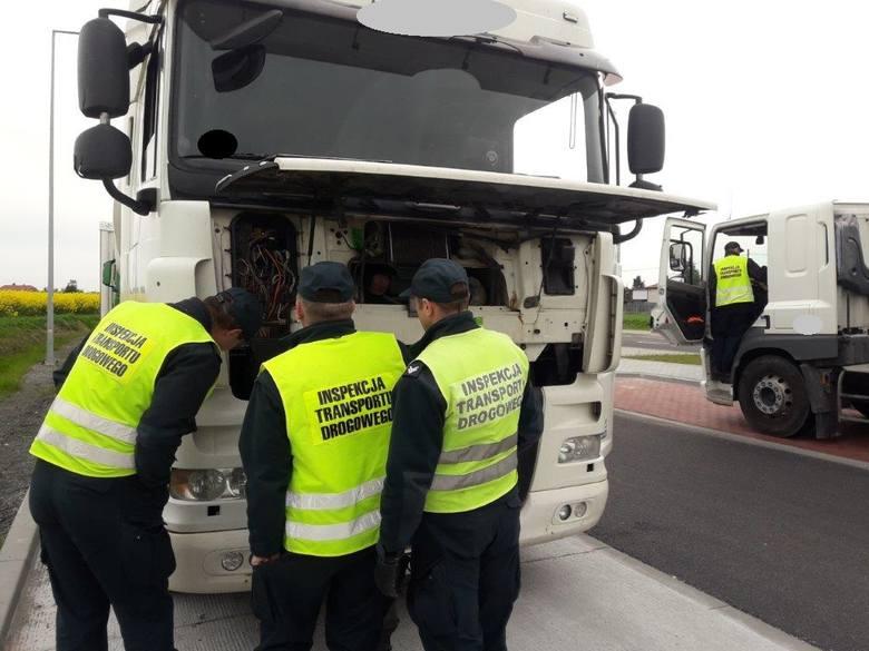 Inspektorzy wszczęli dziewięć postępowań administracyjnych na łączną kwotę 55 450 zł, zatrzymali też dwa dowody rejestracyjne. Z kolei na kierowców nałożonych