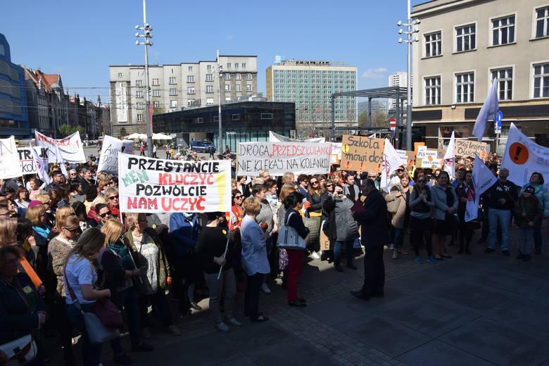 Manifestacja nauczycieli na rynku w Katowicach