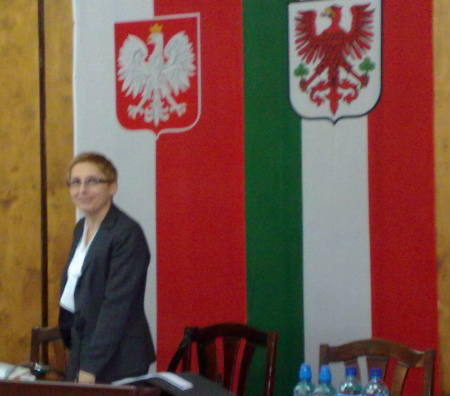 Przewodnicząca ponagla radnych, aby zajmowali swoje miejsca.