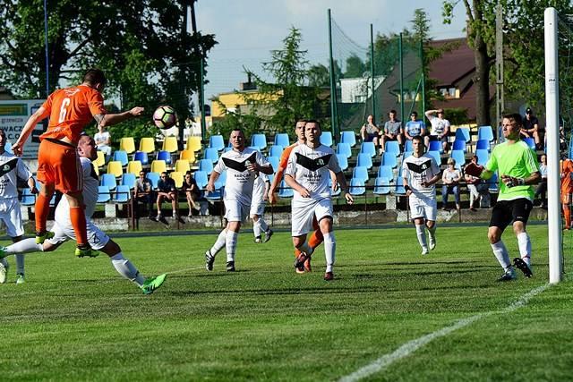 W meczu ćwierćfinałowym Regionalnego Pucharu Polskiego Krajna Sępólno Krajeńskie (na biało) uległa Unii Solec Kujawski 0:9. Rywalem Unii w półfinale