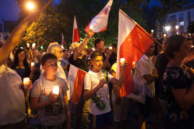 Łańcuch światła na placu Daszyńskiego w Opolu. Protest mieszkańców przeciwko przegłosowanym przez PiS zmianom w sądownictwie.  Dwie z trzech ustaw zawetował prezydent Andrzej Duda.