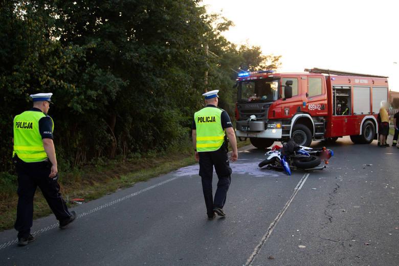 Policjanci z referatu ruchu drogowego wyjaśniają okoliczności zdarzenia drogowego z udziałem motocyklisty, do którego doszło w środę po południu na ul.