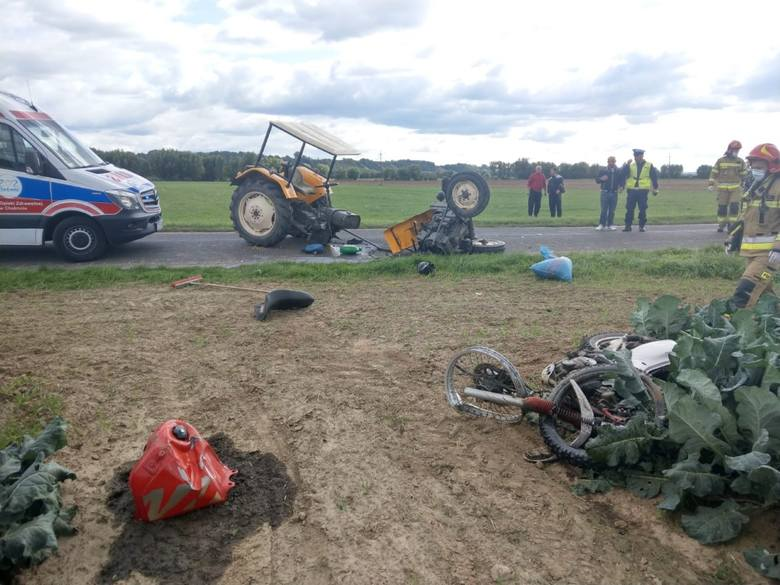 Wypadek w Bieńkówce. Ciągnik rolniczy rozpadł się po zderzeniu z motocyklem