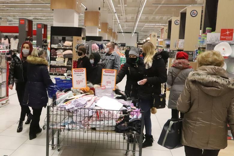 W pierwszą sobotę w 2021 roku część mieszkańców Radomia i okolic, korzystając z wolnego dnia, wybrało się na zakupy do marketów. Przygotowały one dla