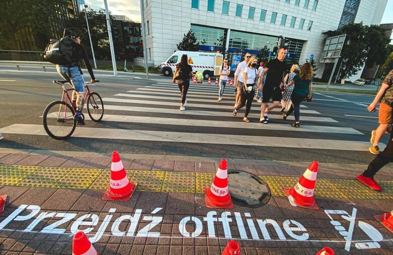 Pierwszy napis przejdź offline właśnie się pojawił na przejściu przy przystanku tramwajowym Poznań Główny.
