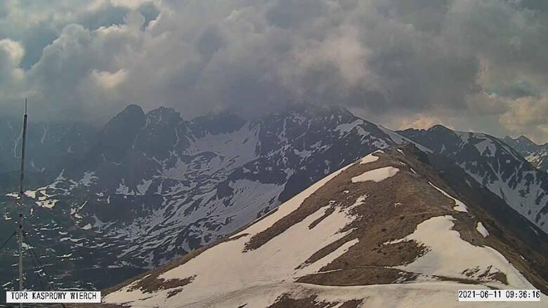 Tatry. Komunikat lawinowy TOPR. W wysokich partiach gór zalegają jednak niebezpieczne płaty śniegu